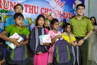 Chi đoàn Hạt Kiểm lâm Vườn Quốc gia Phong Nha - Kẻ Bàng phối hợp tổ chức đêm trung thu cho các em thiếu nhi vùng cao